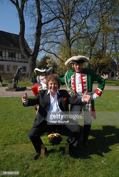 Tony Marshall Adolf Hahn 11 Verleihung MünchhausenPreis der Stadt Bodenwerder 2007 Bodenwerder Deutschland Europa Denkmal Ritt auf der Kanonenkugel...