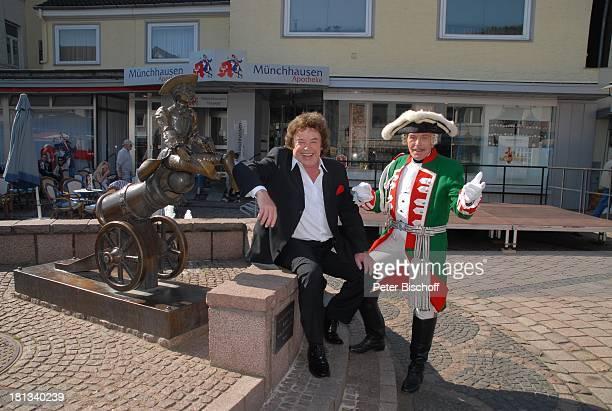 Tony Marshall Adolf Hahn 11 Verleihung MünchhausenPreis der Stadt Bodenwerder 2007 Bodenwerder Einkaufszone Deutschland Europa MünchhausenBrunnen mit...