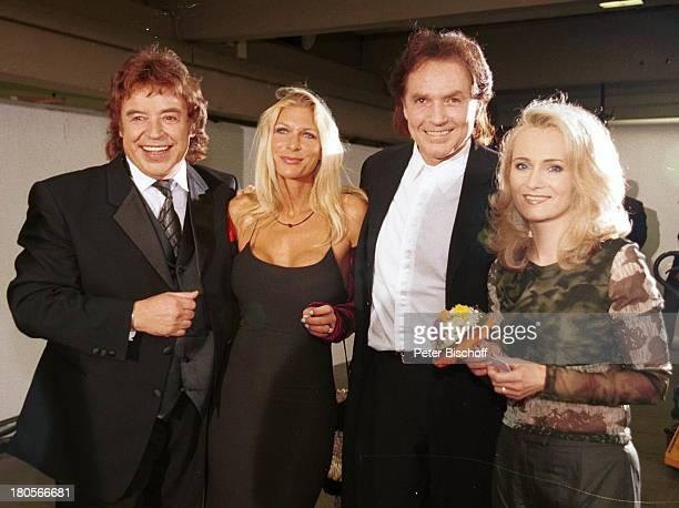"Tony Marshall, Chris Roberts , Ehefrau;Claudia Roberts, Nicole , ARD-Show ""Die;Goldene Stimmgabel 2000"",;Friedrich-Ebert-Halle, Ludwigshafen,;Blumen,"