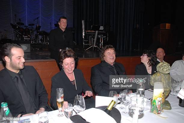 Tony Marshall Ehefrau Gaby Sohn Marc Marshall Enkel Julius Tochter Stella Sohn Pascal Hilger auf dem Tisch Plastik als Tevje aus Anatevka...