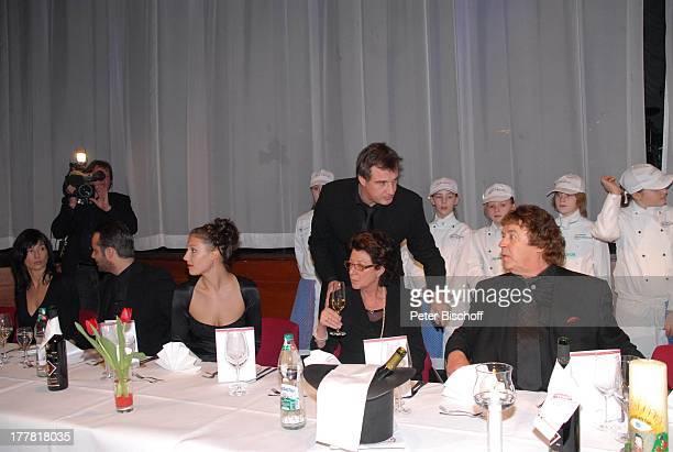 Tony Marshall Ehefrau Gaby Sohn Marc Marshall Enkelin Mia Enkel Julius Schwiegertochter Annette auf demTisch Plastik als 'Tevje' aus 'Anatevka'...