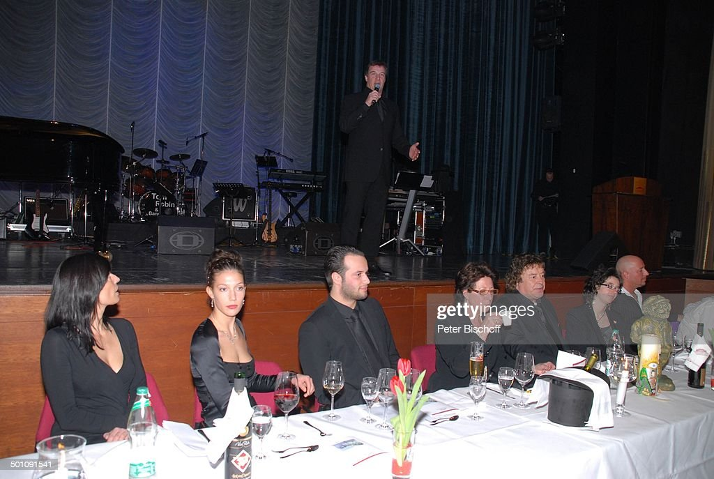 Tony Marshall (5.v.li.), Ehefrau Gaby (4.v.li.), Sohn Marc Marshall (Bühne, Mitglied : News Photo