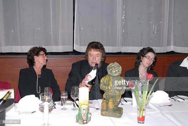 """Tony Marshall, Ehefrau Gaby ,Tochter Stella , davor Plastik als """"Tevje"""" in """"Anatevka"""", Überraschungs-Geburtstags-Party zum 70. Geburtstag von T o n y..."""