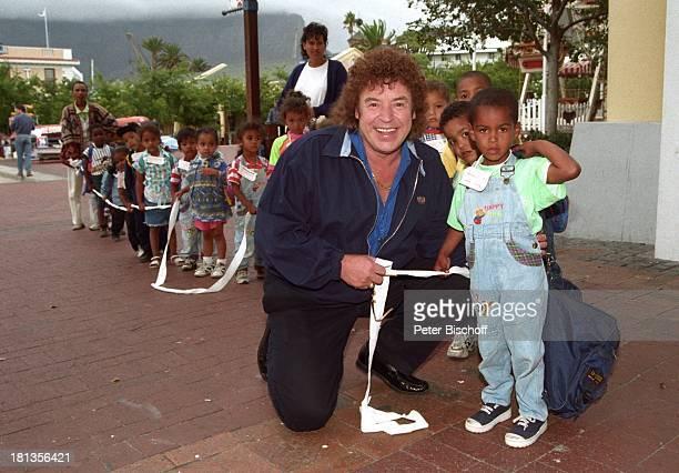 Tony Marshall einheimische KindergartenKinder neben Dreharbeiten zu ZDFShow 'L u s t i g e M u s i k a n t e n' Hafen Kapstadt Südafrika Afrika...