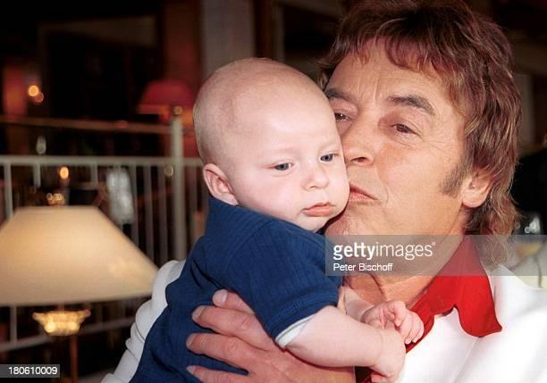 Tony Marshall Maurice Nachfeier zum 40 Hochzeitstag von Tony Marshall Hotel Dollenberg in Bad Griesbach / Schwarzwald Kuss küssen Baby