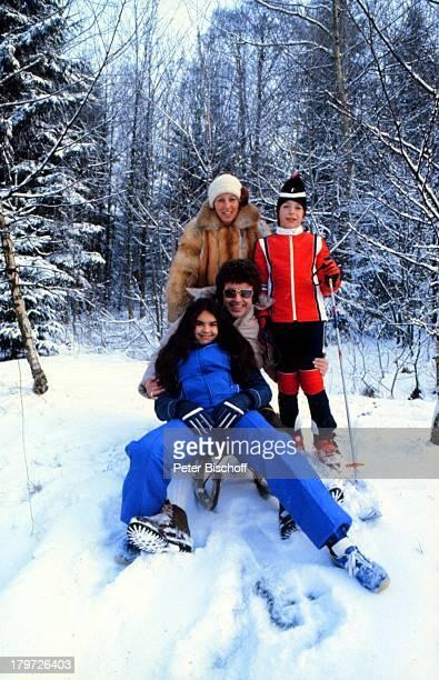 Tony Marshall mit Tochter Isabel;, Sohn Pascal, Ehefrau Gaby, Schnee, Winterurlaub, Bayerischer Wald, Bayern, Deutschland, Europa, Winter, Schlitten...
