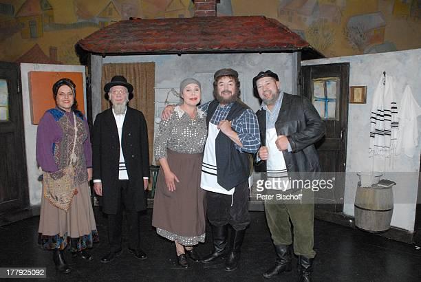 """Tony Marshall , Sabine Schmidt-Kirchner , Ehemann Gernot Endemann , Anke Lautenbach , Manfred Schwaiger , vor Musical-Aufführung Tournee """"Anatevka"""",..."""