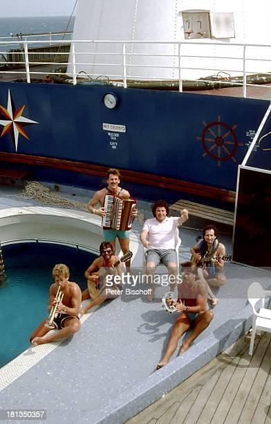 Tony Marshall SchwarzwaldMusikanten MittelmeerKreuzfahrt MS Odessa Atlantik Europa Urlaub Kreuzfahrtschiff Schiff Musikinstrument Gitarre Tamborin...
