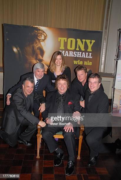 Tony Marshall , Sohn Marc Marshall , Manager Herbert Nold , Christian von Kaphengst , Gil Backrack , Karina Koprek , im Hintergrund: Plakat zur CD...