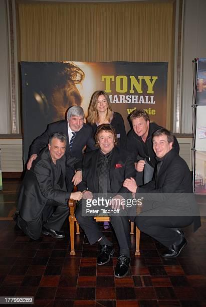 Tony Marshall Sohn Marc Marshall Manager Herbert Nold Christian von Kaphengst Gil Backrack Karina Koprek im Hintergrund Plakat zur CD Tony Marshall...