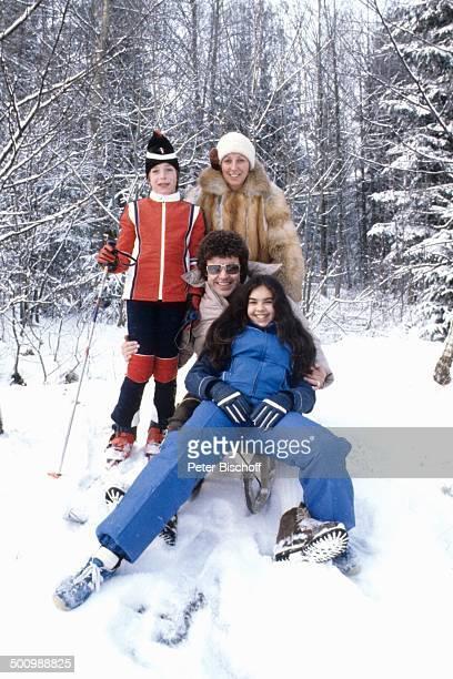Tony Marshall, Sohn Pascal , Ehefrau Gaby , Tochter Isabel ,, , Winterurlaub, Bayrischer Wald, Bayern, Deutschland, Europa, Schlitten, Schneeanzug,...