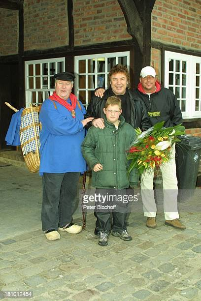 Tony Marshall Sohn Pascal Hilger Enkel Janec Münsterländer Kiepenkerl Klaus Wiedkaup Münster Freilicht Museum Mühlenhof Tracht Blumenstrauß PNr 057/03