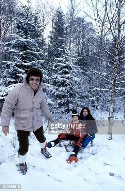 Tony Marshall Tochter Isabel Sohn Pascal Winterurlaub Bayrischer Wald Bayern Deutschland Europa Schlitten Schneeanzug Schnee Natur Wald Winter Urlaub...