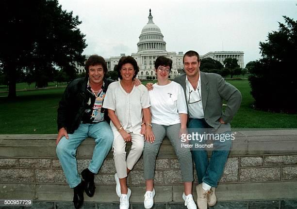 """Tony Marshall und Ehefrau Gaby feiern am; 02. Juni 1997 ihren 25. Hochzeitstag, hier; vor dem """"Weißem Haus"""" mit Sohn Marc und; Tochter Stella - , ,..."""