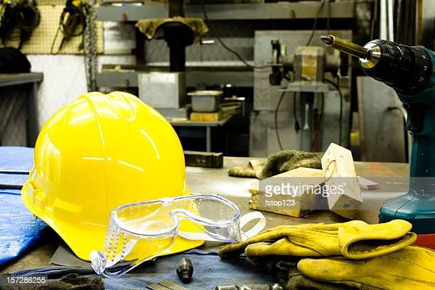 tools, handschuhe, bauarbeiterhelm und brillen liegen auf der bank. - sicherheitsausrüstung stock-fotos und bilder