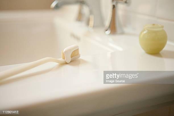 Cepillo y pasta de dientes con fregadero