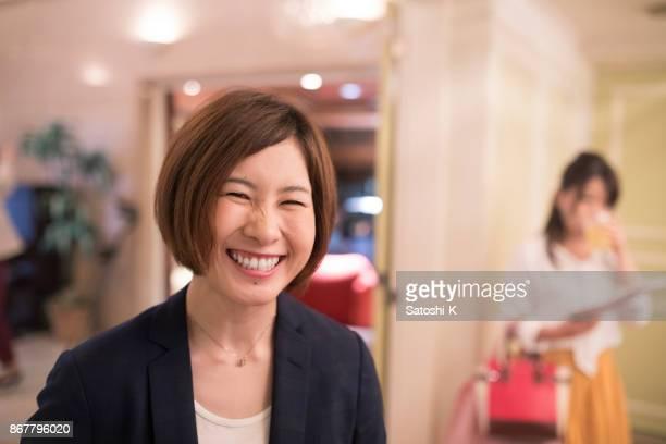 社会党に取り組んでいるビジネスの女性のこぼれるような笑顔