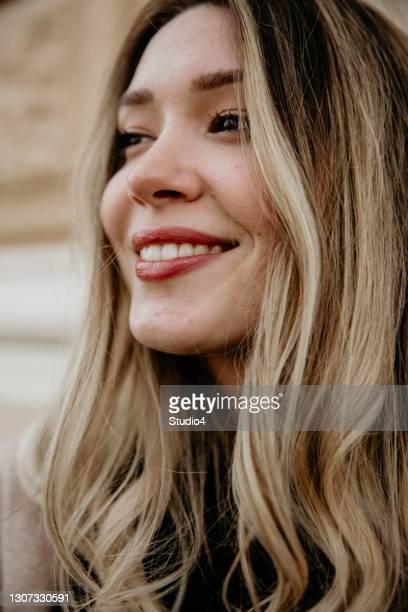 sorriso dento di lei - capelli lunghi foto e immagini stock