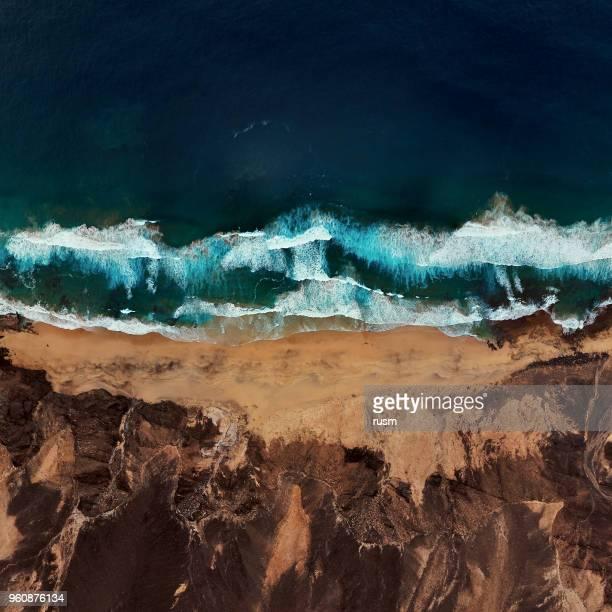 superior vista aérea de playa desierta playa de barlovento, la península de jandia en fuerteventura, islas canarias, españa - islas canarias fotografías e imágenes de stock