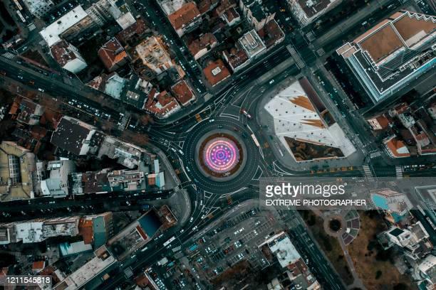 ベオグラードのスラビア広場ラウンドアバウト交差点のトップダウンビューは、ドローンから撮影された噴水を歌っています - セルビア ベオグラード ストックフォトと画像
