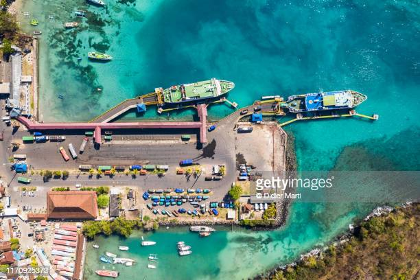 top down view of ferries in the padang bai harbor in bali, indonesia. - fähre stock-fotos und bilder
