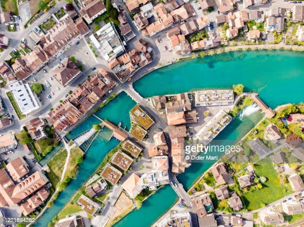 top down view of the interlaken city with the aar river flowing by the old town in canton bern in switzerland. - ベルンカントン ストックフォトと画像