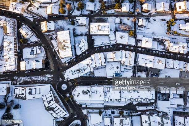 top down view of the snow covered rooftop of the crans-montana resort in switzerland - villa asentamiento humano fotografías e imágenes de stock