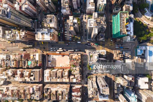 top down view of the very crowded kowloon city  residential district in hong kong - etalement urbain photos et images de collection