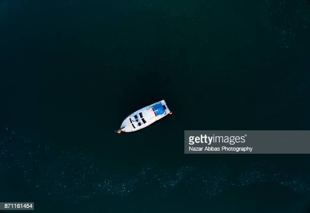 top looking down at boat. - ファンガパラオア半島 ストックフォトと画像