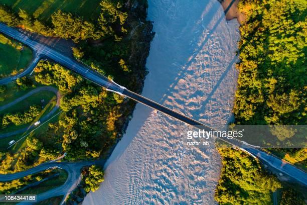 top kijkt neer op de brug over de waimakariri river gorge. - bovenste deel stockfoto's en -beelden