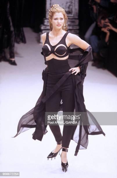 Top model en pantalon et soutiengorge lors du défilé Jean Paul Gaultier Prêtàporter PrintempsEté 1993 en octobre 1992 à Paris France