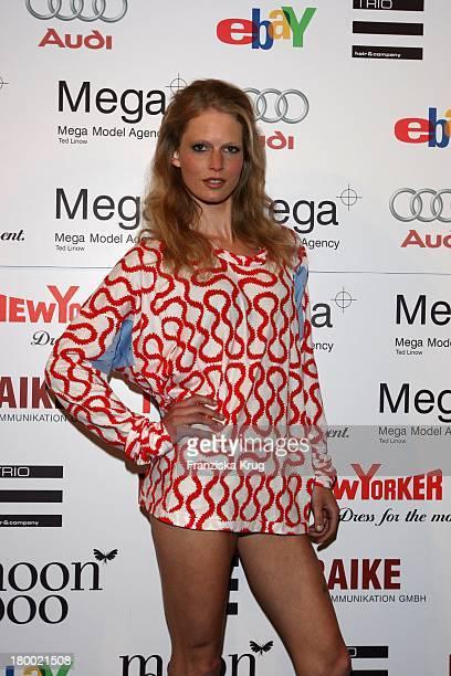 Top Model Hartje Andresen Mit Dem Kleid Von Vivienne Westwood Bei Der Sommerparty Charity Dance Der Agentur Mega Models Im Moondoo In Hamburg