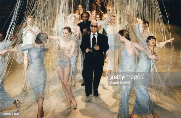 Top models autour du styliste Karl Lagerfeld le 11 mars 1997 à Paris France
