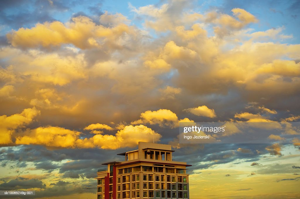 Top of condominium building with clouds in afternoon sun : Foto stock
