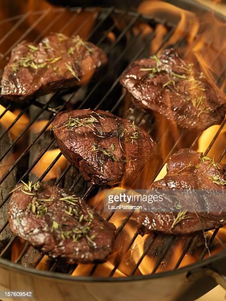 Faux-filets de qualité supérieure sur un barbecue en plein air