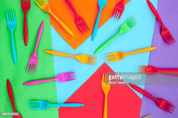 top view arrangement of colorful plastic cutlerly on colorful background - colher faqueiro - fotografias e filmes do acervo