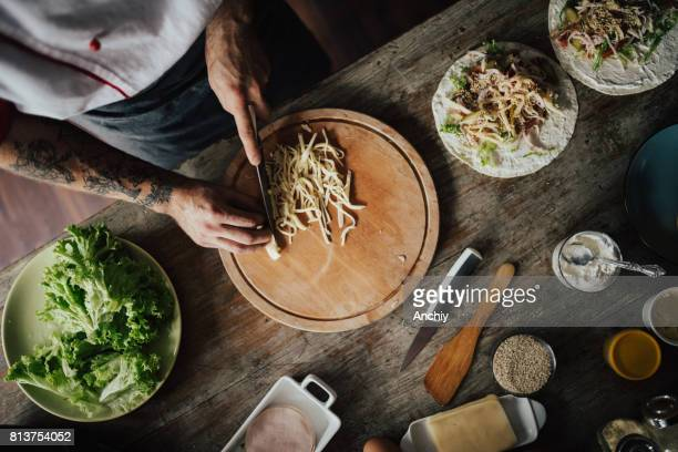 Bovenaanzicht bij cook kaas snijden