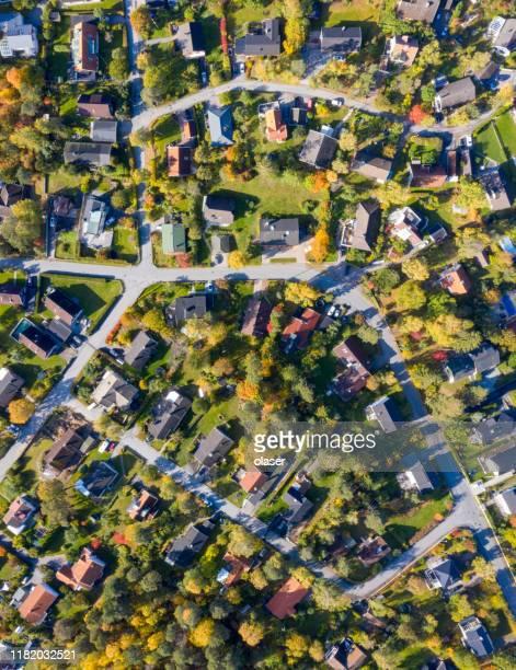 トップビュー、ヴィラエリアの上空を飛ぶ - ストックホルム県 ストックフォトと画像