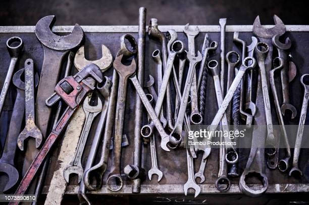 top view from set of old messy tools in a mechanical engineering industry - betrouwbaar stockfoto's en -beelden