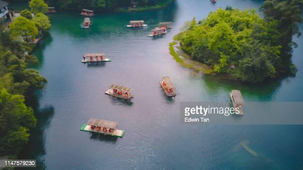 四川省周南 zuhai エリアの湖で乗馬をするいくつかのレジャーの観光竹のボートのトップビュー - 山口県 ストックフォトと画像