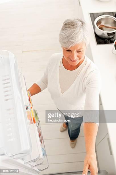Blick von einem senior Frau öffnen Kühlschrank