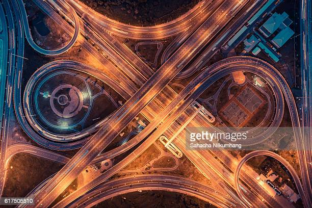 top view of an infinity road, highway traffic and city - karte navigationsinstrument stock-fotos und bilder