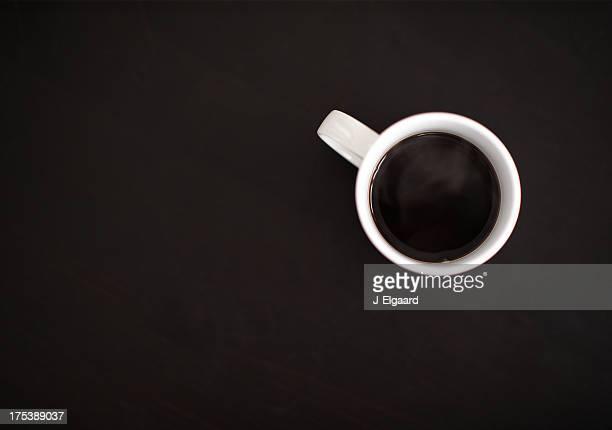 Vista superior de café sobre negro