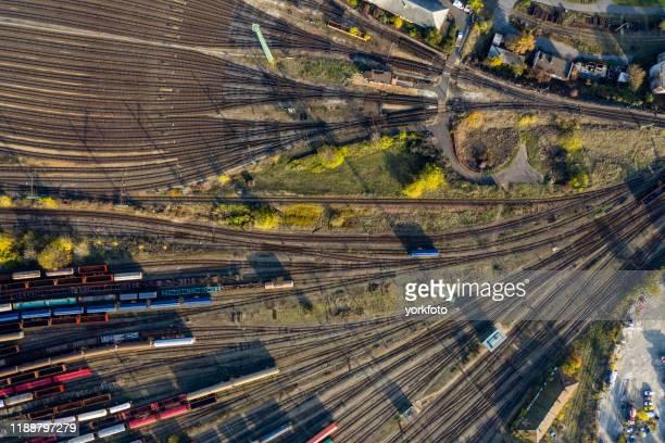 vista superior de trenes de carga de colores. - vehículo terrestre fotografías e imágenes de stock