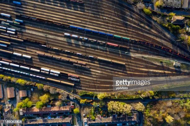 top-ansicht von bunten güterzügen. - schienenverkehr stock-fotos und bilder