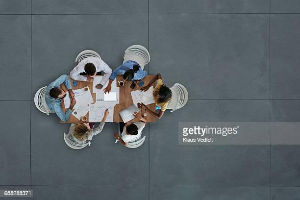 top view of creative businesspeople having meeting - vue en plongée verticale photos et images de collection