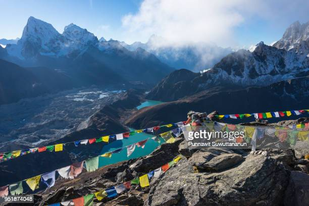 top view of gokyo ri in a morning sunrise, eveerest region in himalayas range, nepal - gokyo ri ストックフォトと画像