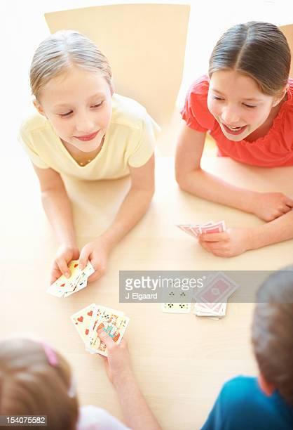 Blick von glückliche Kinder spielen ein Kartenspiel