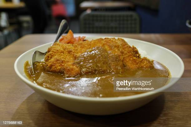 top view of japanese curry and tonkutsu, cutlet deep fried pork with curry and rice. - yōshoku photos et images de collection
