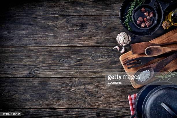 vista superior dos utensílios de cozinha na mesa rústica com espaço de cópia. - sal de cozinha - fotografias e filmes do acervo